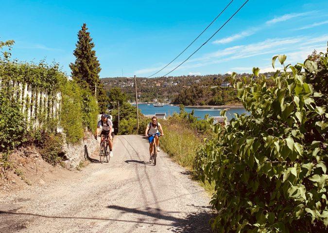 Det er ikke så langt å sykle til Malmøya. Østsiden av øya er ganske slak, mens vestsiden er brattere.